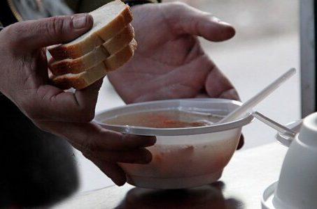 Раздача горячей еды нуждающимся и бездомным людям