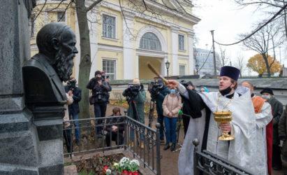 Надгробный памятник Федору Достоевскому освящен после реставрации